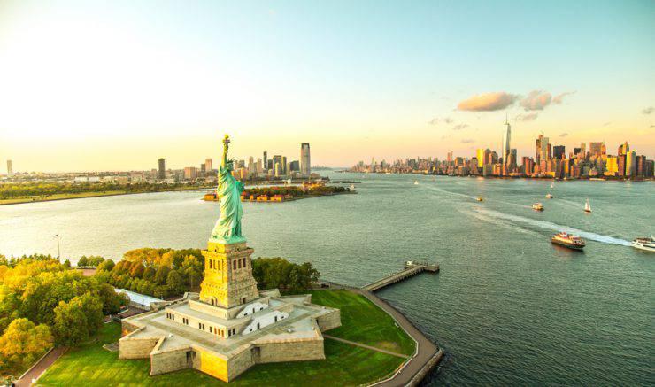 La Statua della Libertà con lo skyline di Manhattan