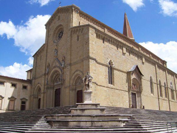 Duomo di Arezzo (phil tazzini - Flickr, CC BY-SA 2.0, Wikipedia)