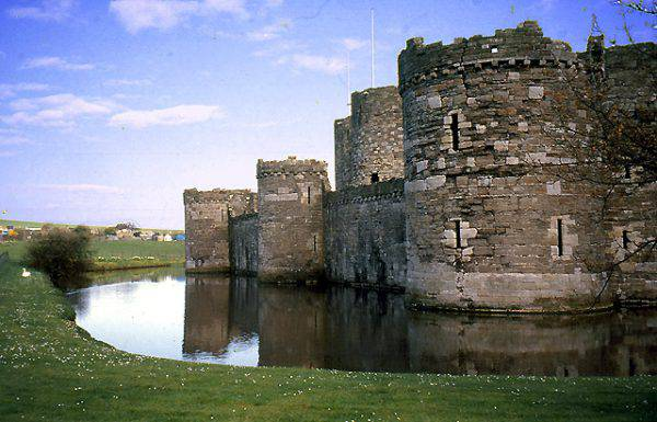 Castello di Beumaris, Galles (Pam Brophy, CC BY-SA 2.0, Wikipedia)