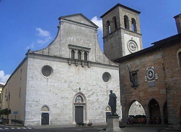 Cividale del Friuli, Duomo e statua di Giulio Cesare (Wikipedia)