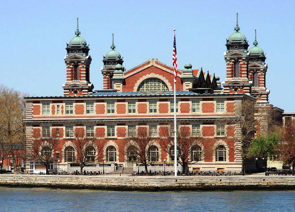 Ellis Island (Ingfbruno, CC BY-SA 3.0, Wikipedia)