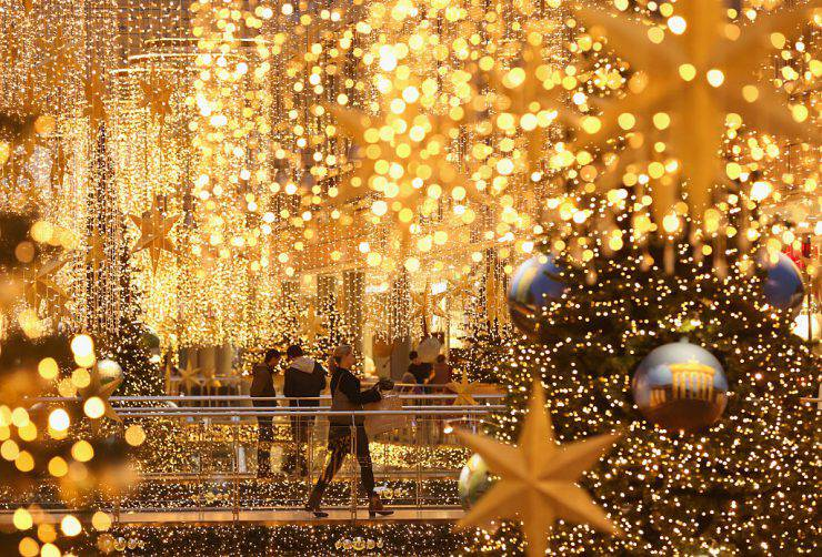BERLIN, GERMANY - DECEMBER 22:  Shoppers walk among Christmas lights at a shopping mall two days before Christmas Eve on December 22, 2015 in Berlin, Germany. Many shoppers are still looking for gifts two and retailers are hoping for a strong finale to the Christmas shopping season.  (Photo by Sean Gallup/Getty Images)
