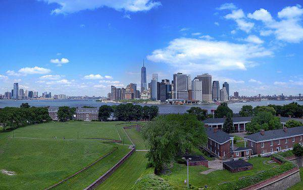 Governors Island, Manhattan vista da Fort Jay (Nestor Rivera Jr, Flickr, CC BY-SA 2.0, Wikipedia)