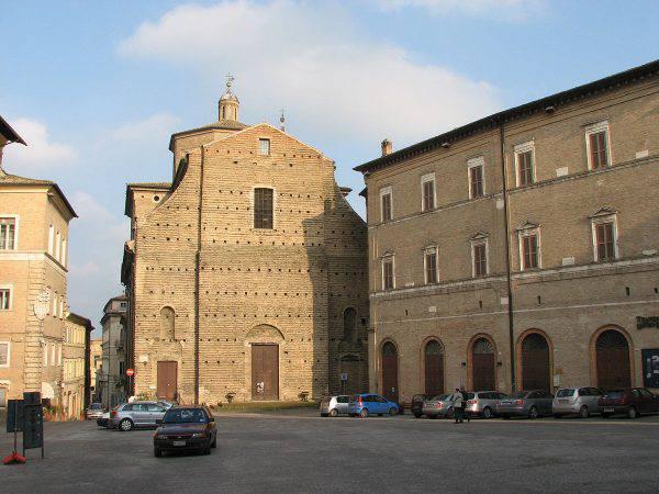 Macerata, piazza della Libertà (Abraham Sobkowski OFM, CC BY 3.0, Wikipedia)