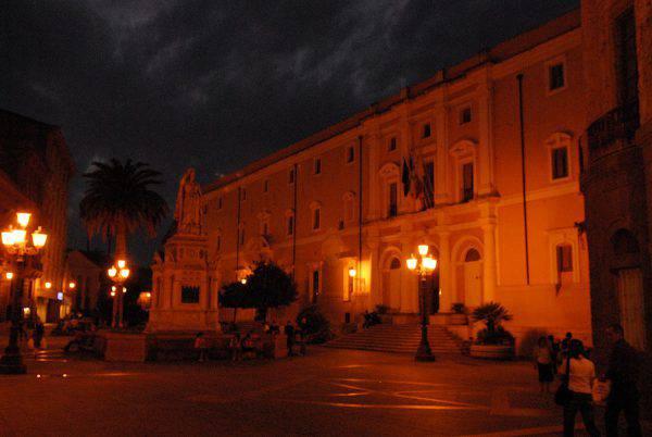 Oristano, Piazza Eleonora (Mike Rosenberg, CC BY 2.0, Wikipedia)