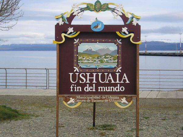 Ushuaia, il cartello sulla Fine del Mondo (Heretiq, CC BY-SA 2.5, Wikicommons)