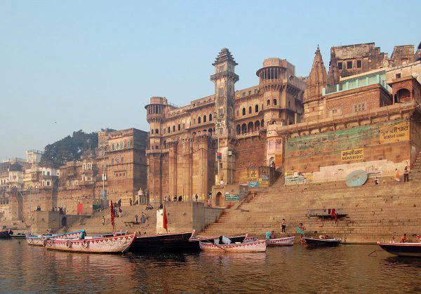 Varanasi, India (Marcin Białek, CC BY-SA 3.0, Wikipedia)
