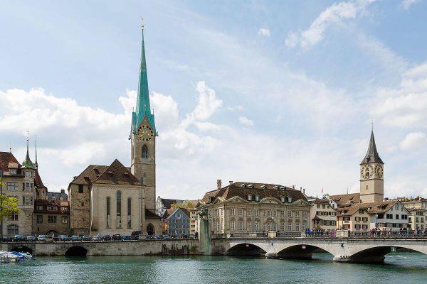 Zurigo, Fraumünster e Münsterbrücke (CEphoto, Uwe Aranas, CC BY-SA 3.0, Wikicommons)