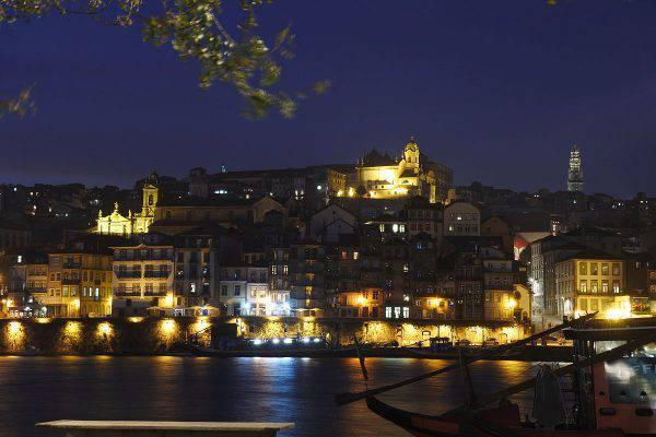 Porto di notte, Portogallo (FF Mira - BragaAveiro - 335, CC BY-SA 2.0, Wikicommons)