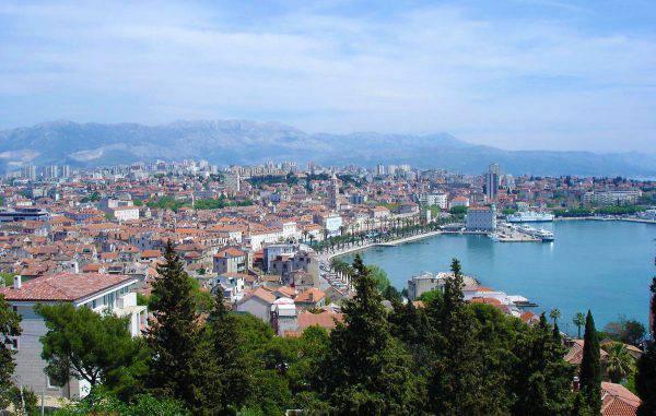 Spalato e il porto dall'alto (Wikicommons)