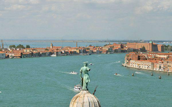 Venezia, Canale della Giudecca, in fondo il porto ( Jean-Pierre Dalbéra, Wikicommons)
