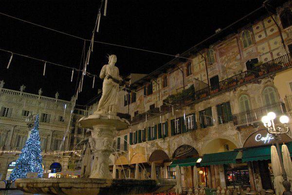 Verona Natale, Piazza delle Erbe (Paolo Villa, CC BY-SA 3.0, Wikipedia)
