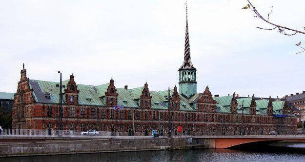 Il palazzo della Borsa di Copenaghen (Wikipedia)