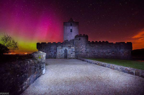 Castello di Doe, Creeslough, Donegal, Irlanda (Pearse MacIntyre, CC BY-SA 4.0, Wikicommons)