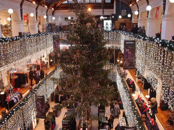Edimburgo, albero di Natale al Jenners store (Northmetpit, CC BY-SA 3.0, Wikicommons)