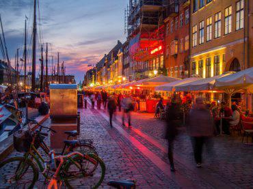 Copenaghen, ristoranti a Nyhavn (iStock)