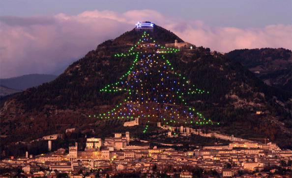 Il grande albero di Natale di Gubbio (Paolo TOSTI/AFP/Getty Images)