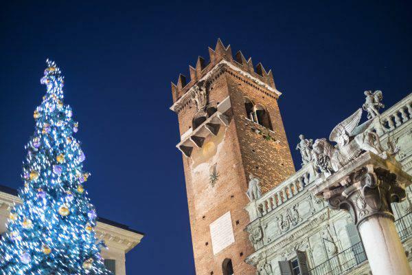 Albero di Natale a Verona, Piazza delle Erbe (iStock)
