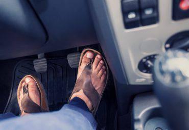 Guidare con gli infradito