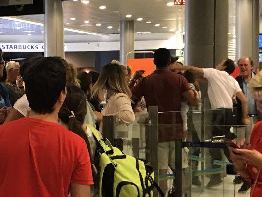 Botte in aeroporto: impiegato prende a pugni passeggero