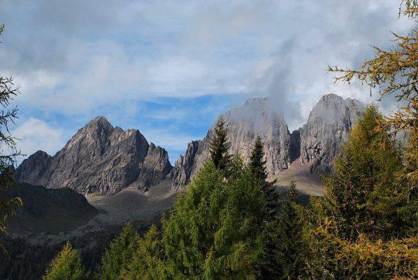 Boschi d 39 autunno per passeggiate immersi nei colori della for Monti del trentino