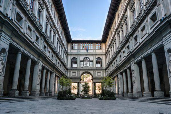Firenze, fulmine sugli Uffizi: fumo dal sottotetto, intervengono i vigili del fuoco