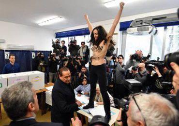 Femen davanti a Berlusoni nel seggio a milano