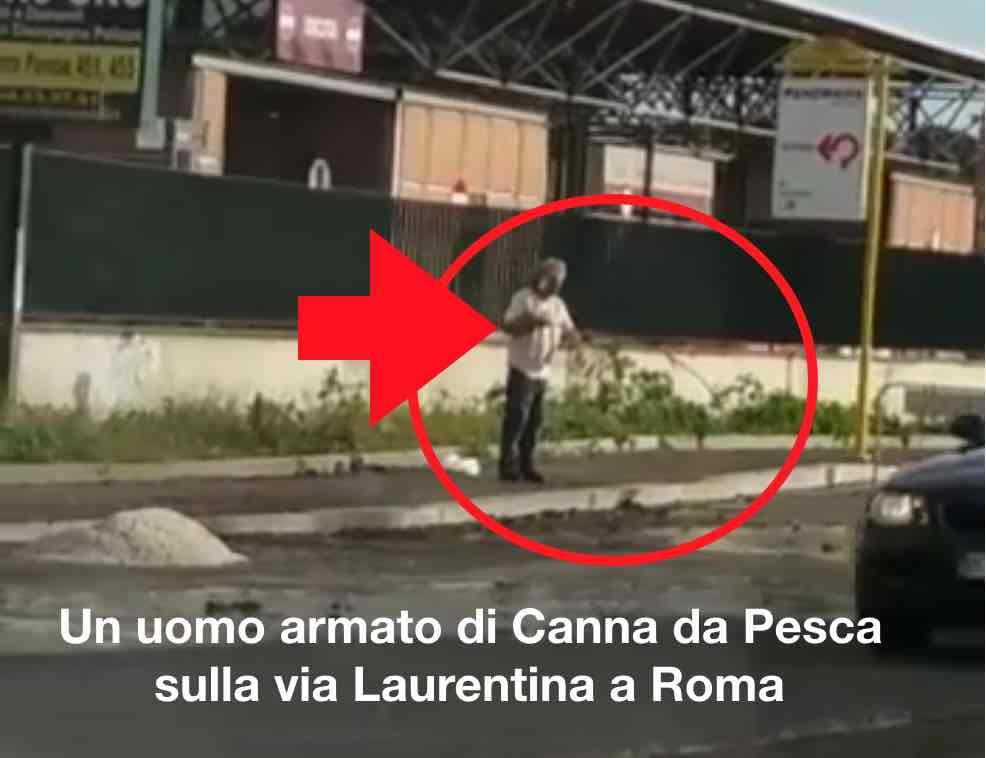 Video uomo che pesca a roma nelle buche