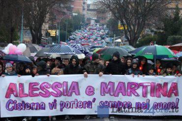 Manifestazione di cordoglio e amore per le dua bambine uccise dal papà carabiniere