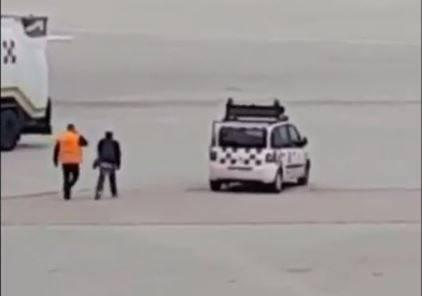 uomo sulla pista dell'aeroporto