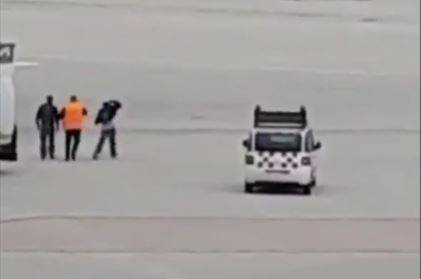 Non vuole perdere l'aereo, elude i controlli e invade la pista
