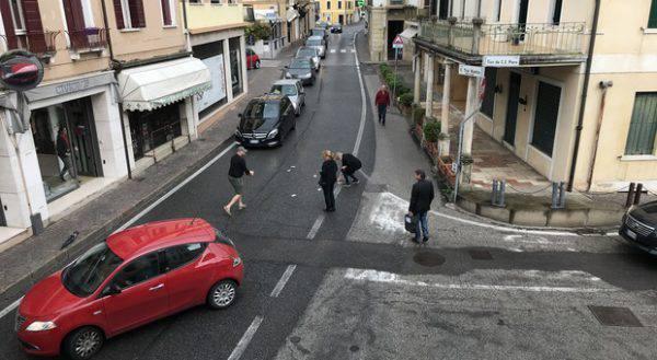 Banconote volano in strada, traffico in tilt