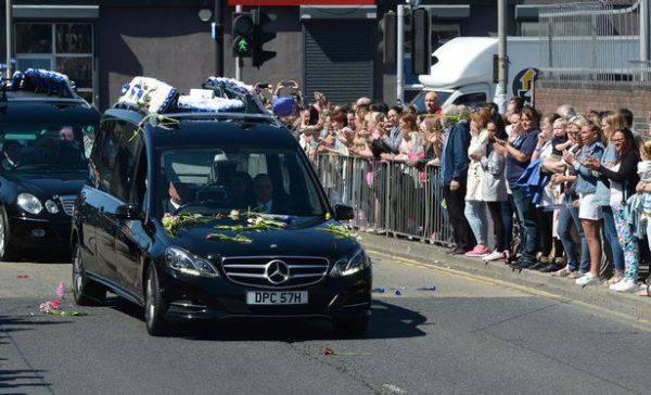 Funerali Alfie Evans, il percorso del feretro è da brividi tra centinaia di persone commosse