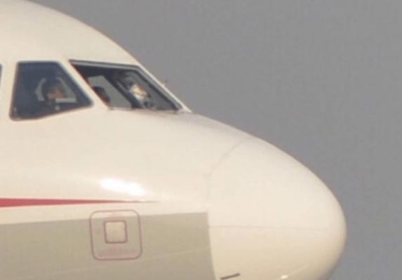 Il parabrezza si rompe all'improvviso, co-pilota costretto all'atterraggio d'emergenza