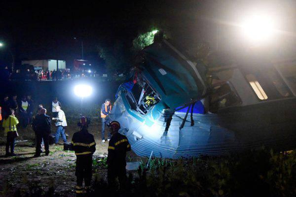 Treno contro tir, morto il macchinista: Roberto stava per andare in pensione