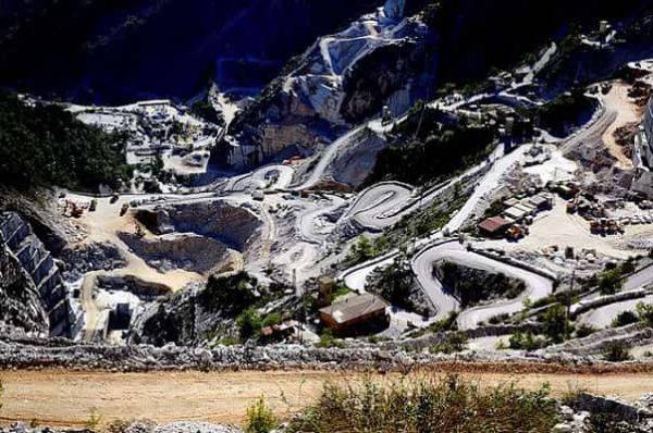 Carrara, cavatore di 58 anni muore schiacciato sotto una pala meccanica