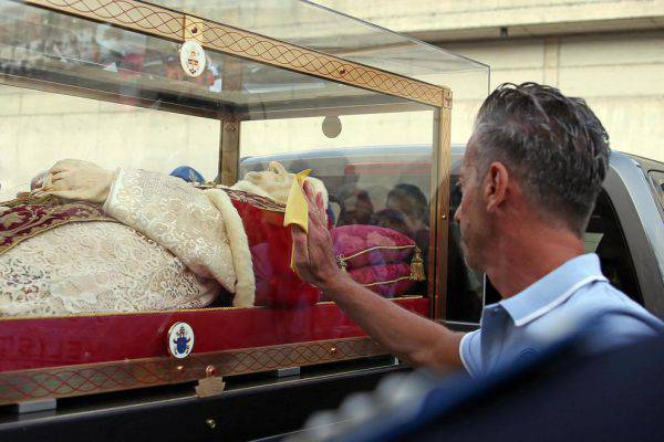 Massimo Bossetti in adorazione al cospetto di papa Giovanni XXIII