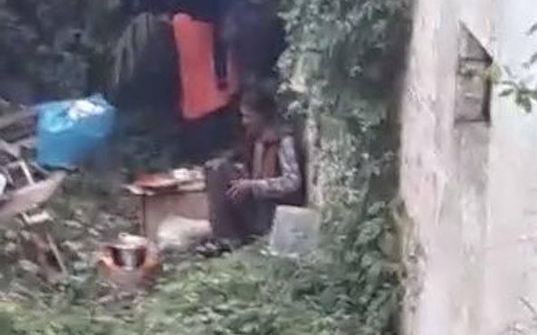 Nomade cucina e mangia il gatto