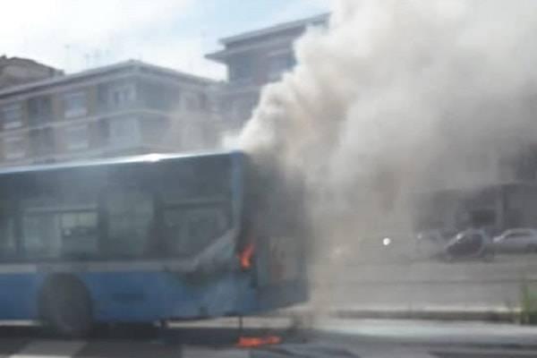 roma bus fiamme