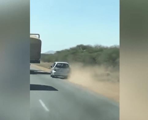 Automobilista cerca di superare il camion a destra ma finisce male - VIDEO