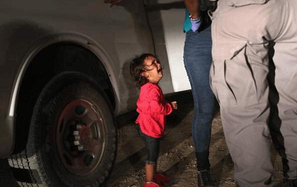 """Immigrazione USA, il padre della bimba nella foto: """"E' con la madre, sta bene"""""""