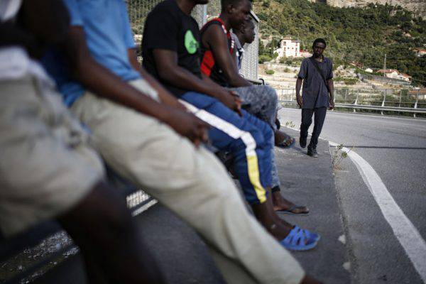 Gli abusi dei poliziotti francesi che respingono in Italia i bambini migranti