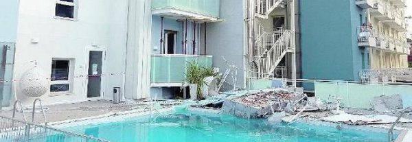 Jesolo Terrazzo Crolla Sulla Piscina Dell Hotel