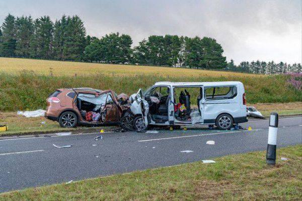 Incidente devastante tra auto e minivan: 5 morti e 5 persone in fin di vita