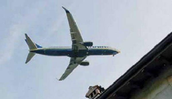 Aereo vola a bassa quota, paura a Treviso: danni ad una casa