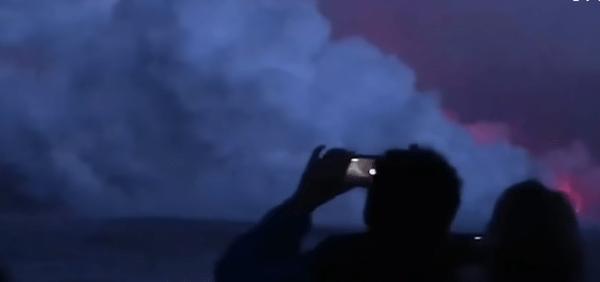 Hawaii, l'eruzione del Kilauea colpisce una barca piena di turisti - VIDEO