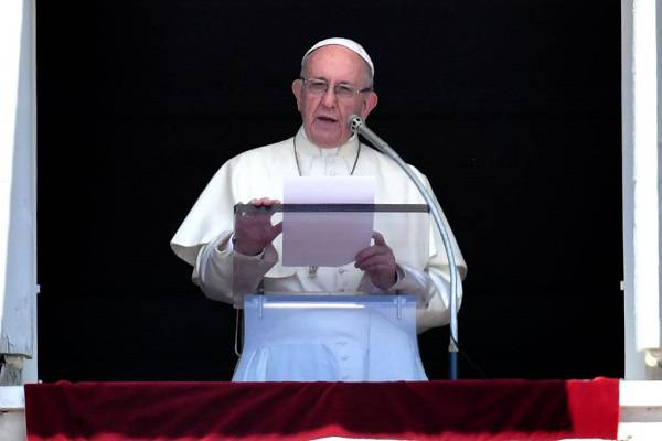 Papa Francesco: dura decisione contro due vescovi accusati di pedofilia