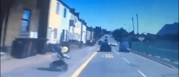 Il passeggino finisce in strada, l'auto frena appena in tempo - VIDEO