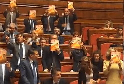 Salvini-Satana, la protesta del PD in aula con la copertina di Famiglia Cristiana - VIDEO