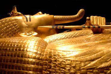 sarcofago-alessandria-egitto-petizione-bere-liquido-rosso